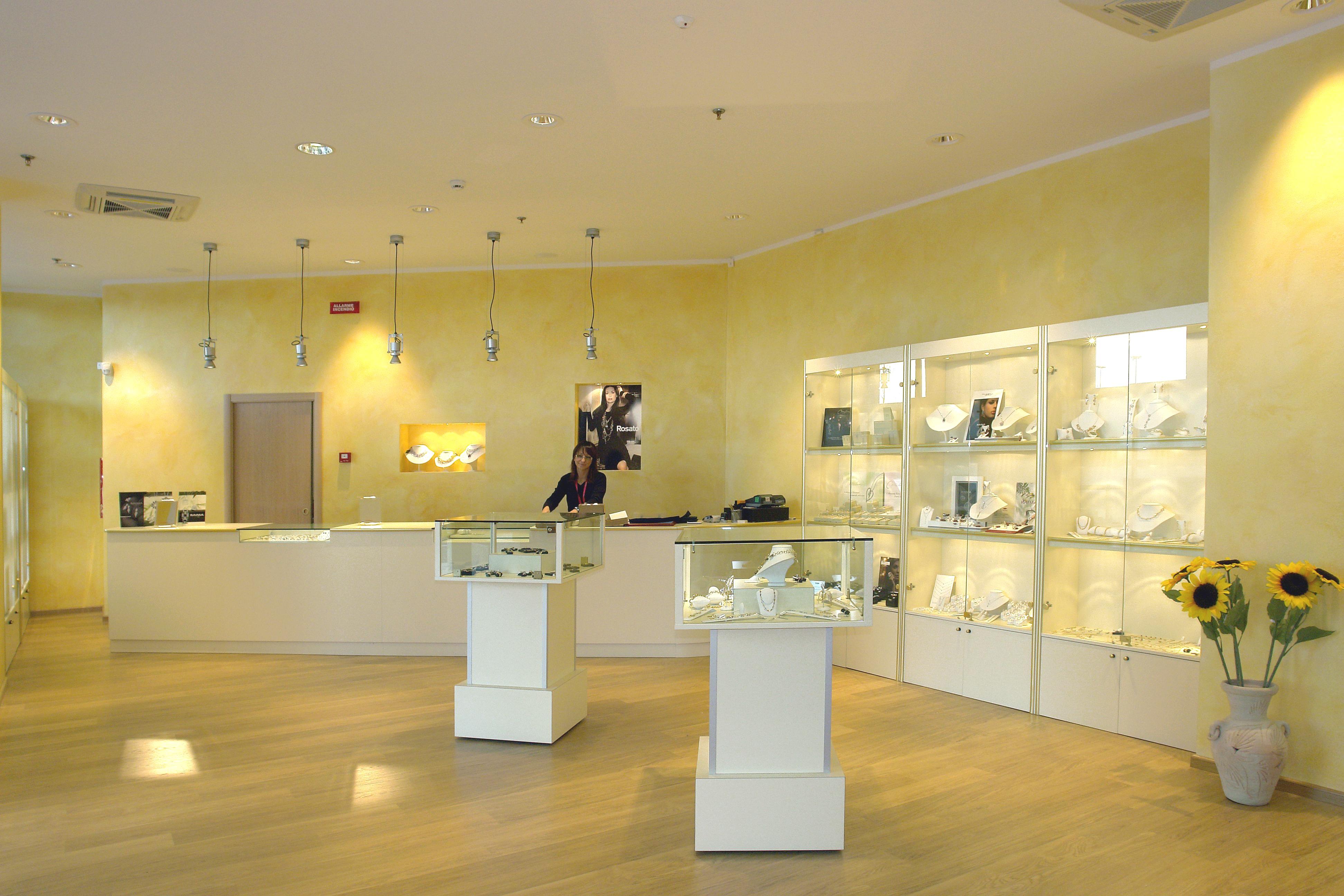 Arredamenti per gioiellerie compra in fabbrica a met for Negozi per mobili