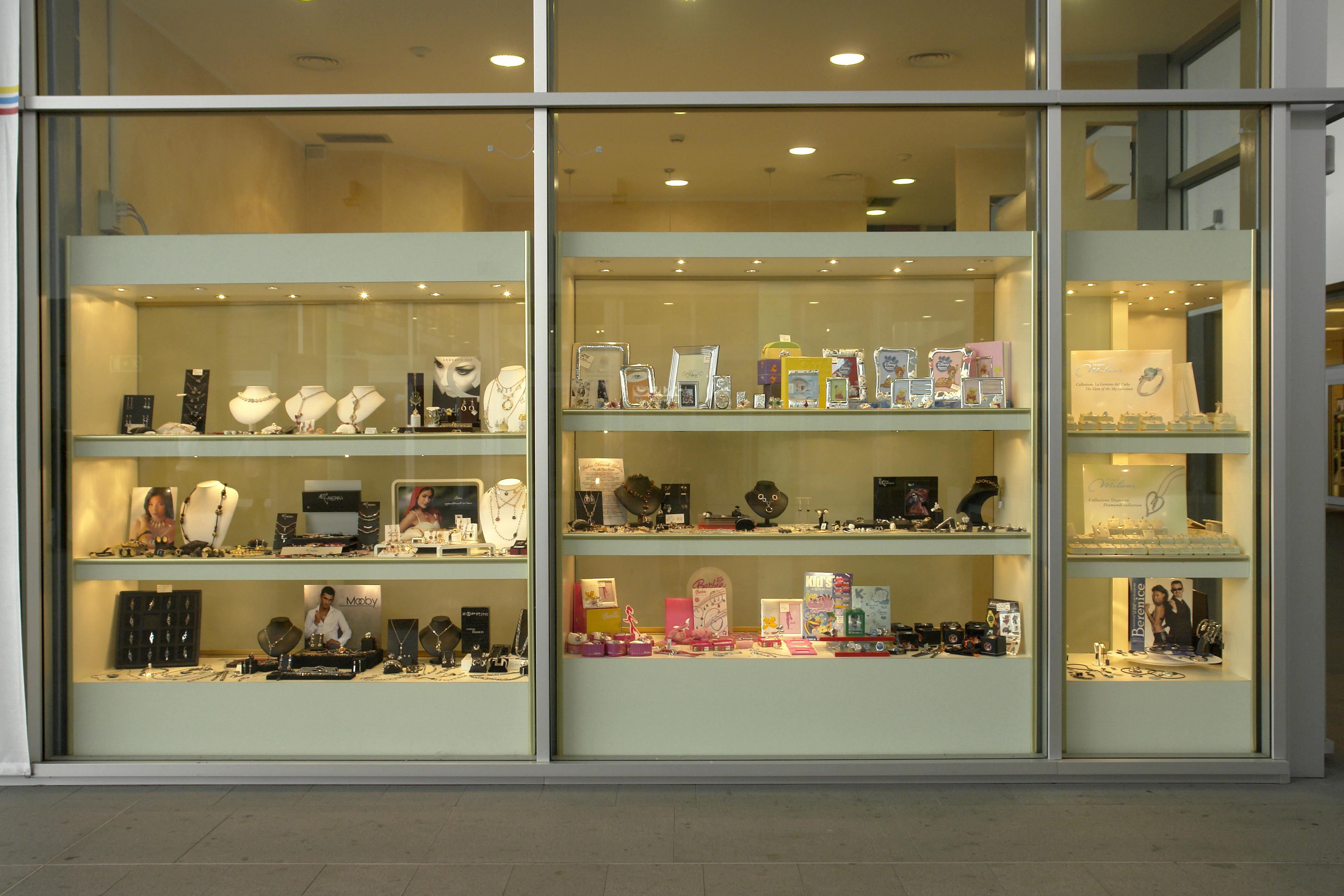 Arredamenti per gioiellerie compra in fabbrica a met for Arredamento vetrine