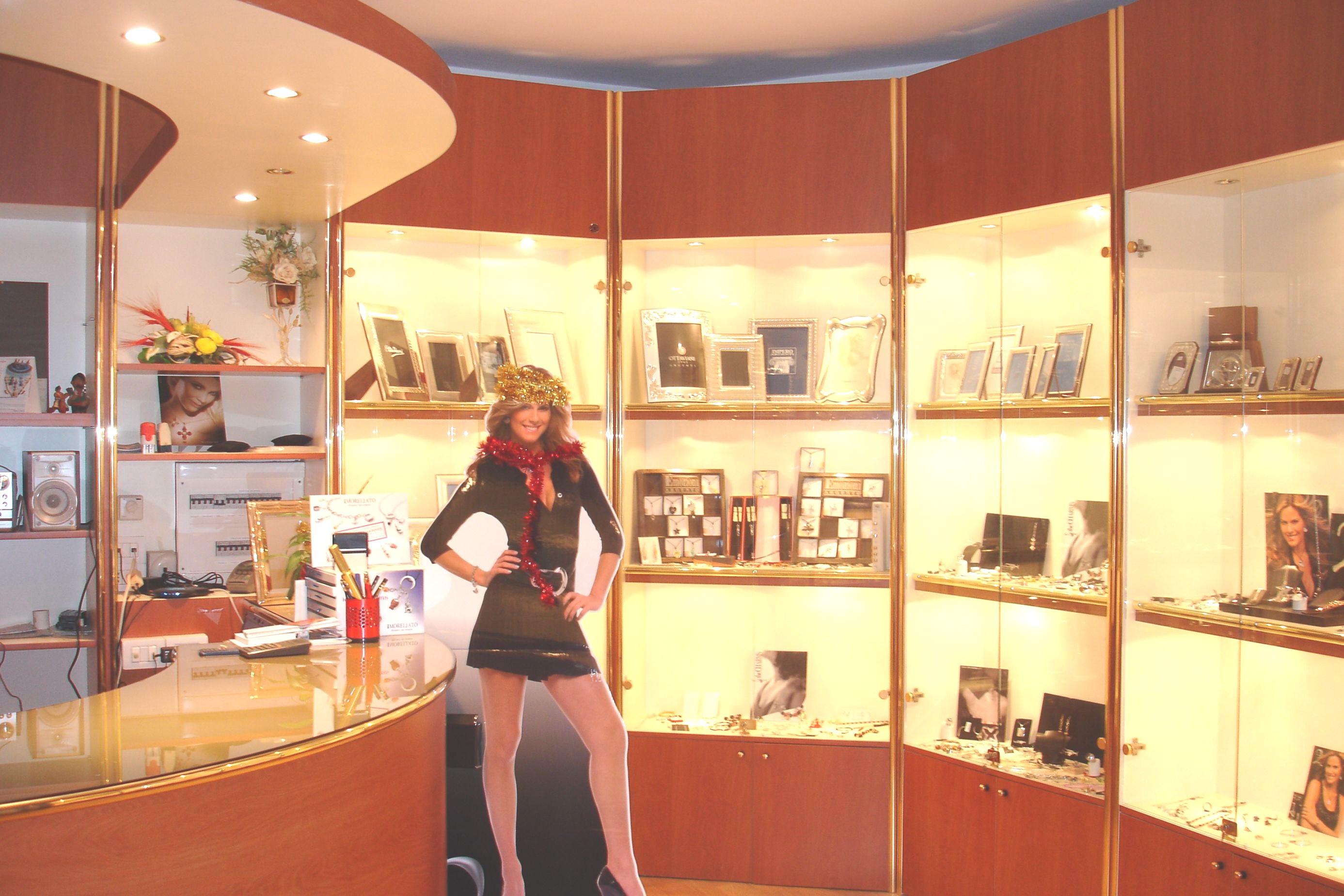 Arredamenti per gioiellerie compra in fabbrica a met for Arredamento rustico ikea